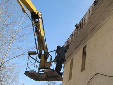 Услуги автовышки для сбивки сосулек и уборки снега с крыш